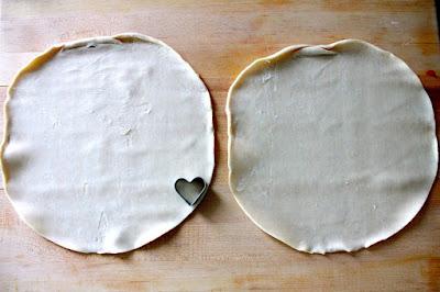 """торты, торты """"Сердце"""", торты на День влюбленных, любовь, сердце, День Влюбленных, День святого Валентина, 14 февраля, торты праздничные, оформление тортов, блюда """"Сердце"""", декор тортов, сладости, десерты, рецепты, идеи оформления, советы кулинарные, стол праздничный, стол на день Влюбленных, торты романтические, ужин романтический, блюда романтические, любовь на тарелке рецепты кулинарные, кулинария, украшение тортов, торты своими руками, коллекция кулинарных рецептов, советы кулинарные, еда, праздники, стол праздничный, стол на день Влюбленных, торты романтические, ужин романтический, блюда романтические, праздники зимние, Пирог слоеный «Сердце» с клубникой, Пирожное «Розовре сердце» кокосово-клубничное, Лебеди из зефира для украшения торта (МК), Легкие Валентинки с малиновым муссом, Торт-сюрприз «I Love you», Торт «Абрикосовое сердце» с маскарпоне, Торт «Валентинка» с глазурью и желе, Торт «Люблю тебя» с засахаренными розами и пралине, Торт «Лебединое озеро» с лимонным кремом, Торт «Поцелуй» с шоколадной аппликацией, Торт «Сердечко» с эклерами и вишней, Торт «Сердце для любимой» с меренгами и вареньем Торт 'Сердце' с ананасами, клубникой и киви Торт «Сердце» с клубничным джемом, кремом и вишней, Торт «Сердце» с кремом из нутеллы, Торт слоеный «Услада сердца» с творожным кремом, Торт «Услада моего сердца» с шоколадной помадкой, Торт «Шоколадное сердце», Торт «Шоколадное сердце» со сметанным кремом, Торт шоколадный «Сердце» с двойным муссом, Украшение торта кремовыми сердечками (МК), Украшение торта круглыми конфетами (МК),пирог, пирог слоеный, пирог с клубникой, пирог на день влюбленных, блюда """"Сердце"""", выпечка, выпечка с клубникой, клубника, выпечка с ягодами, рецепты на День влюбленных, 14 февраля, День святого Валентина, тесто слоеное, рецепты, рецепты пирогов, рецепты выпечки, рецепты мс клубникой, http://eda.parafraz.space/"""