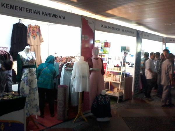Stand baju koko juga diserbu pengunjung terutama para pria. 00399a5427