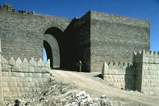 la grande porta della città di Ninive assira