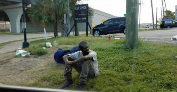 Seorang Lelaki Duduk di Hujung Sebuah Jalan dan Tidak Pernah Beranjak Sedikitpun Selama 3 Tahun!, Siapa Sangka Kenyataan di Baliknya Membuat Semua Netizen Menangis!
