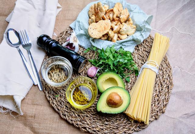 Ingredienti per Linguine con Funghi Selvatici e Pesto Cremoso di Avocado e Prezzemolo