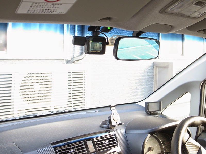 DRY-WiFi40cドライブレコーダーのルームミラーとの位置関係はこんな感じです。助手席側から見ればバッチリ見える位置にありますが、録画開始1分後にはモニターの電源が落ちる様に設定してあります。