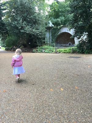 petite fille marche vers son destin de fleur