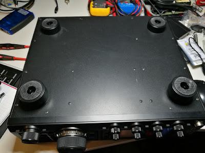 FTDX1200:n Pohjassa on melkoinen määrä avattavia ruuveja - 18kpl