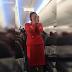 Αεροσυνοδός ξέσπασε σε νευρικά γέλια καθώς έδινε οδηγίες στους επιβάτες