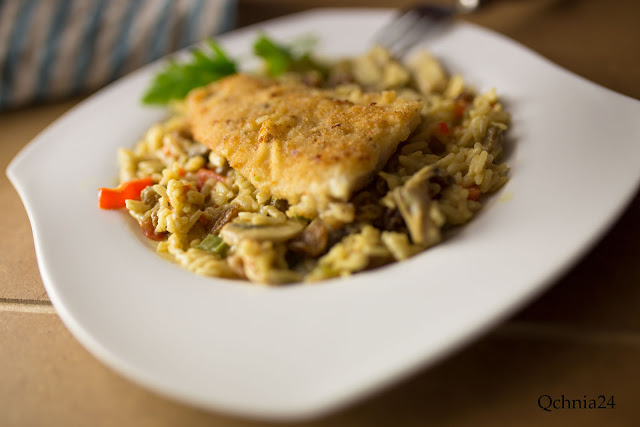 ryba z ryżem na talerzu