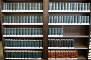 Estantería con tomos de una enciclopedia tradicional, offline, física