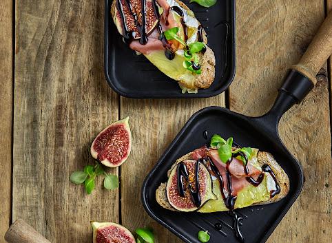 Tosty z serem pleśniowym, szynką szwarcwaldzką i figami