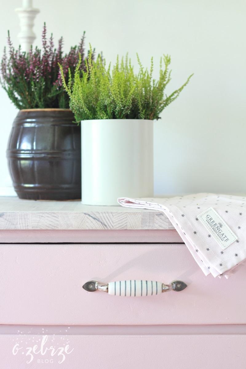 różowa stara szafka kuchenna