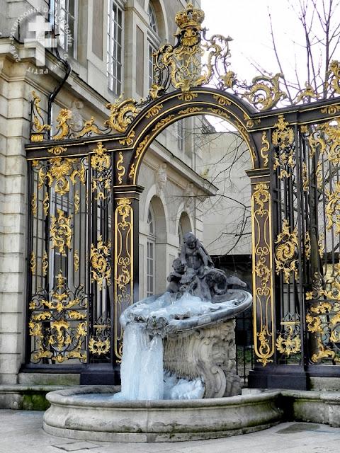 NANCY (54) - Place Stanislas : Fontaine de Neptune gelée !
