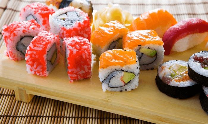 sushi adalah makanan khas jepang yang digemari banyak orang