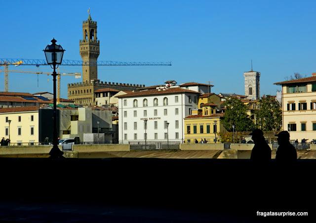 torres do Palazzo Vecchio e do Campanário do Duomo de Florença vistas de Oltrarno