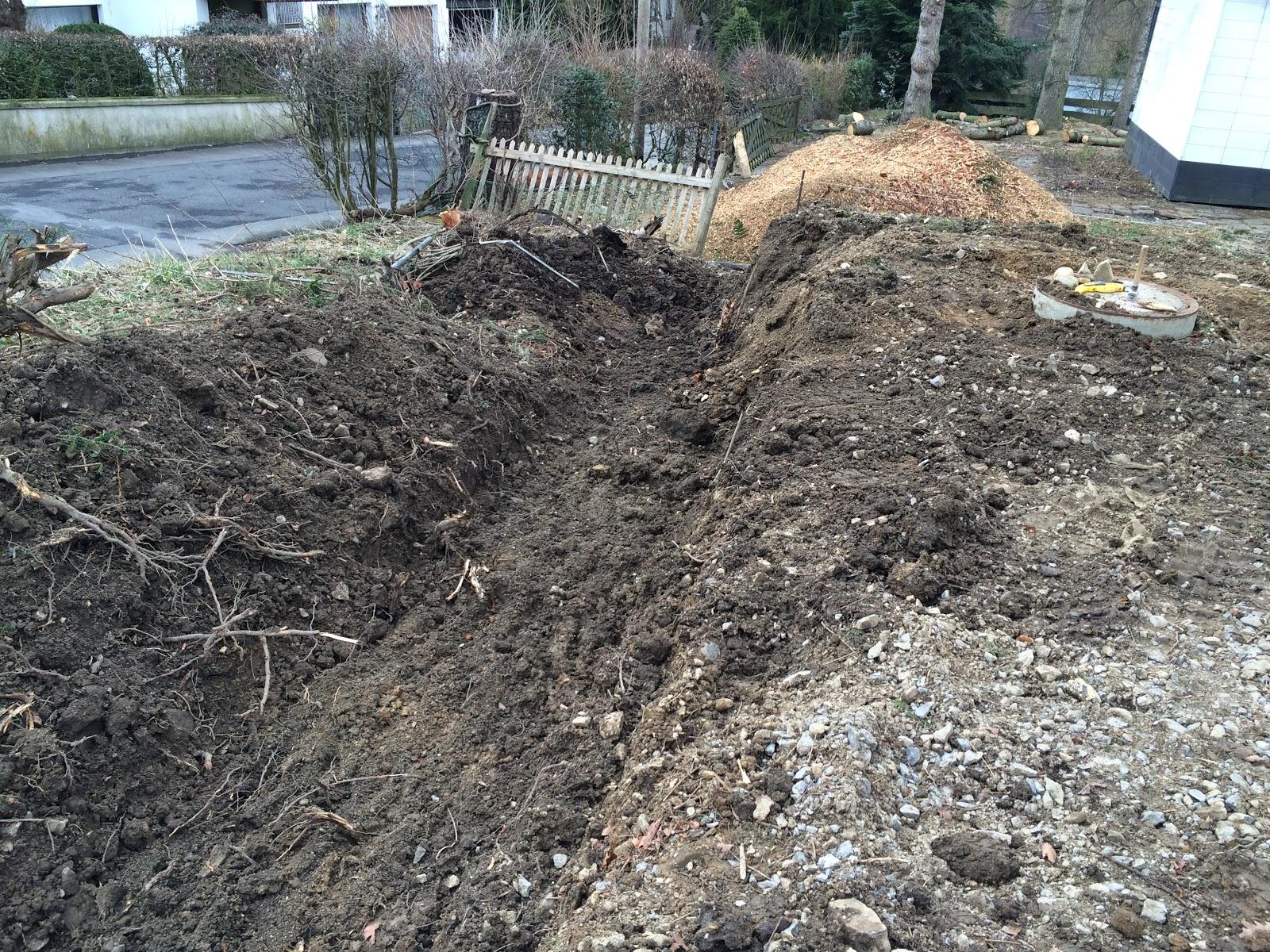 Der Bagger Hat Die Wurzeln Entfernt Und Den Graben Für Die Stützmauer  Vorbereitet