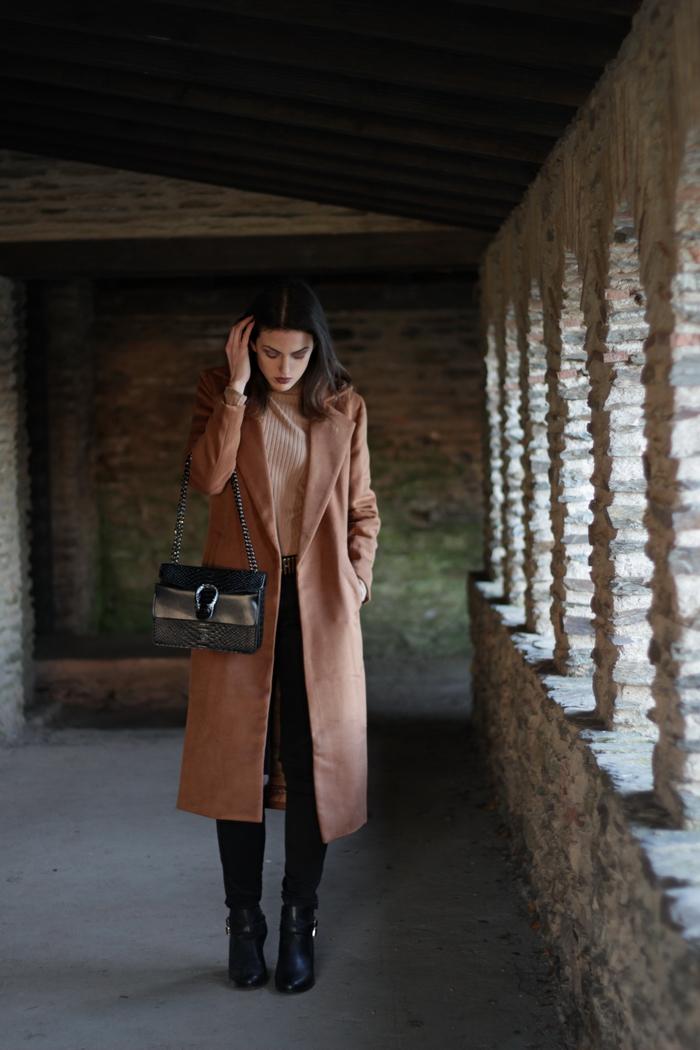 outfit langer brauner Mantel