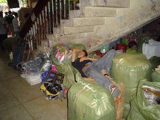 Dormir sur le marché de Ben Thanh. Ho Chi Minh. Viêt-Nam