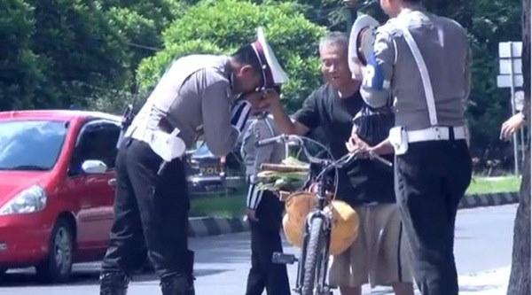 Cium Tangan Dhuafa, Polisi Ini Membuat Kagum Netizen. Ternyata Ini Alasannya