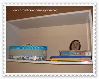 Livros infantis em nichos na parede