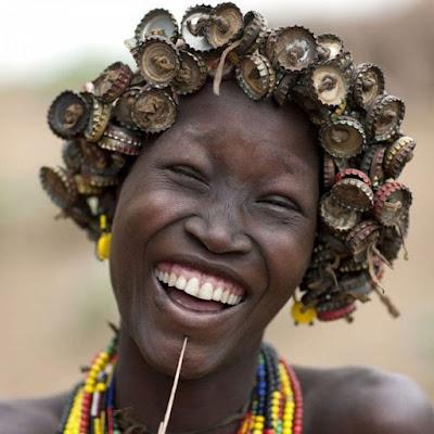 Tribu etíope recicla corcholatas