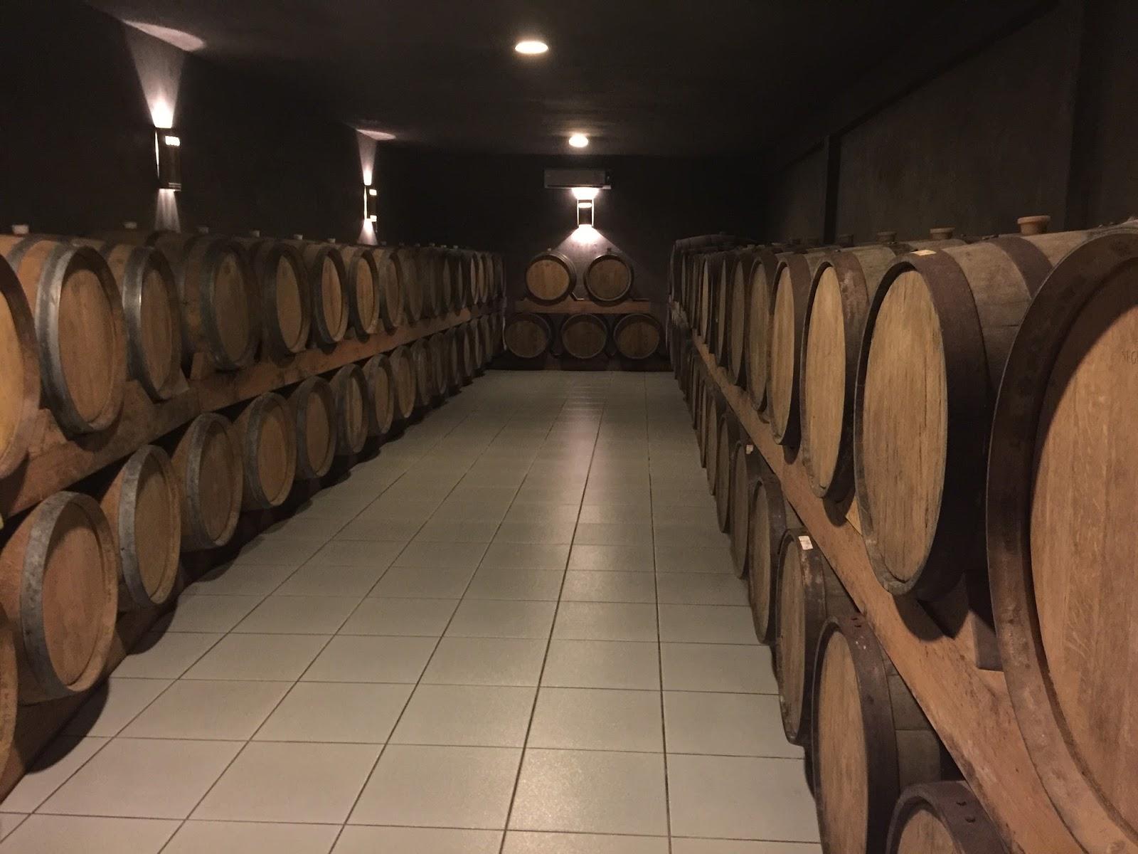 Barris de vinho da vinícola Boscatto