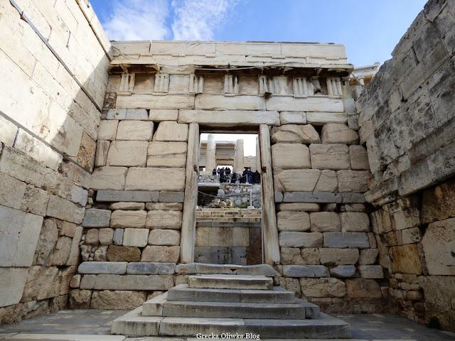 Brama Beuliego, Akropol marmurowa brama w kształcie greckiej litery pi, schody