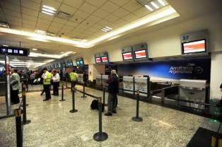 """Piden que los pasajeros de esos vuelos """"no concurran a los aeropuertos en busca de información""""."""