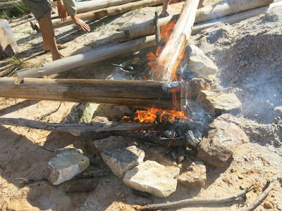 Usando o metodo de tratamento japones, queimamos as pontas das madeiras a serem enterradas. Desta maneira, insetos xilofagos não à atacam