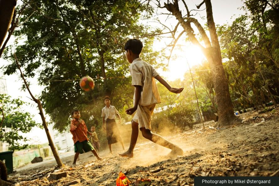 Crianças a jogar futebol em Myanmar
