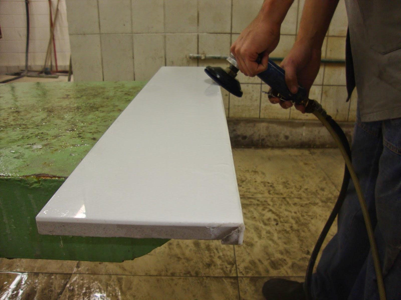 Artnuns fazendo polimento de partes da bancada de porcelanato 45 #614B2C 1600x1200 Banheiro Com Bancada De Porcelanato