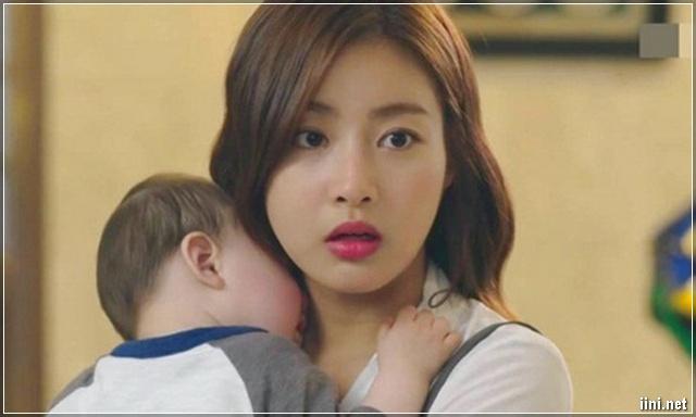 người mẹ ôm con
