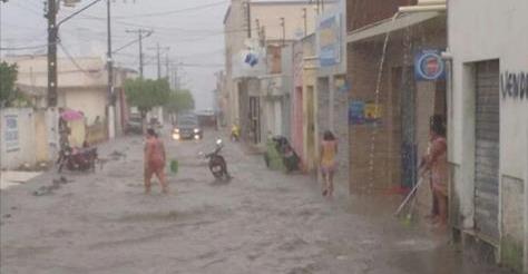 Em Junqueiro/AL, chuva repentina deixa cidade alagada nesta sexta-feira (10)