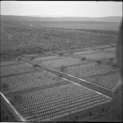 Blick über den Soldatenfriedhof von Verdun vom Turm des Beinhauses - 1940-1945