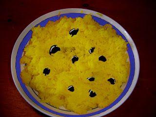 Plato de arroz amarillo con aceitunas negras