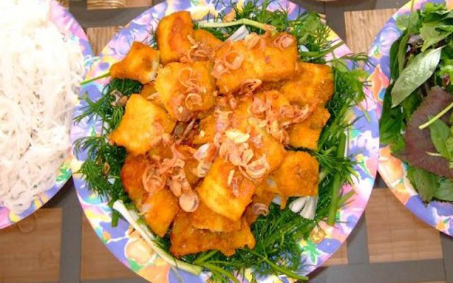 Chả cá Lã Vọng được dùng kèm với bún, bánh đa và rau