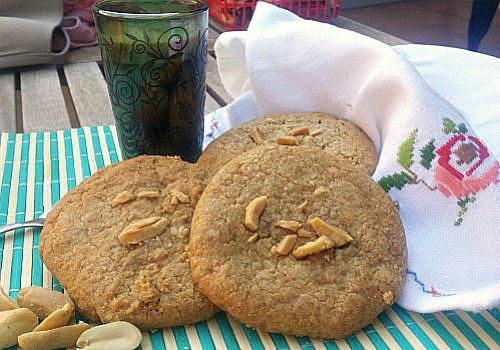 Unas galletas de cacahuetes grandecitas se presentan con cacahuetes por encima