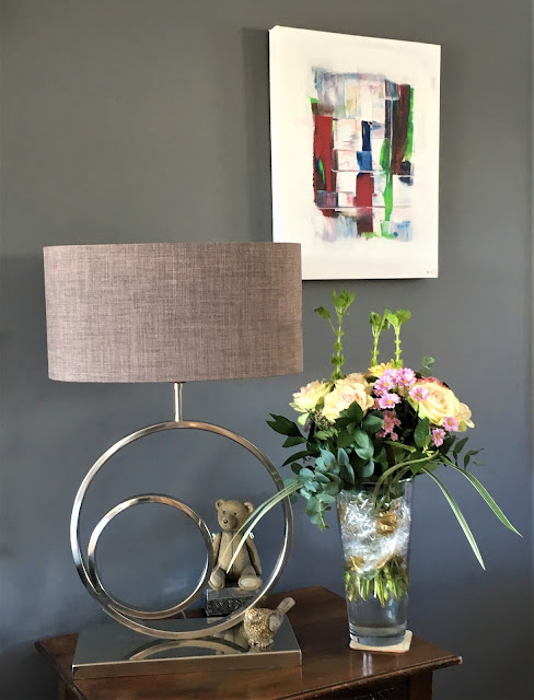 Stilleben med blomster på et sidebord