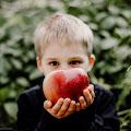 Jesienna sesja dziecięca w ogrodzie w Łomiankach
