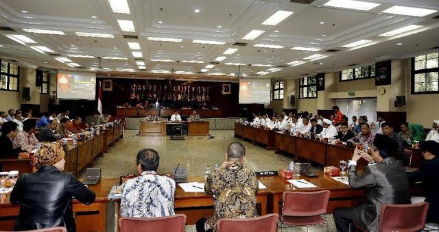 Langsung Dari Sidang Terbuka Kasus Penista Agama !! Tak Di Perbolehkan Masuk, Munarman FPI : Ini Permainan Sandiwara, Polisi Sudah Seperti Kuasa Hukum Ahok