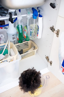 sotto lavello in ordine con bastoncini per spruzzatori