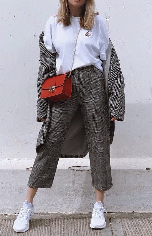 comfy outfit idea to wear this fall : white t-shirt + red bag + plaid coat + grey pants + sneakers
