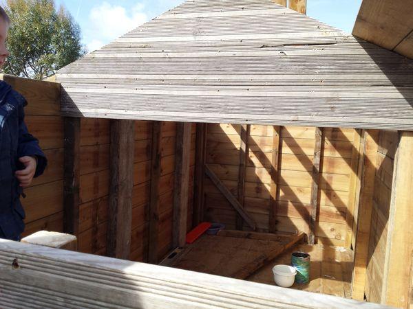 Construction d'une cabane en bois pour enfant