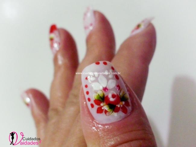 Unhas decoradas brancas com flores vermelhas