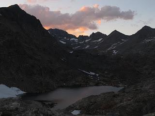 Über dem See glühen die Wolken im letzten Licht des Tages