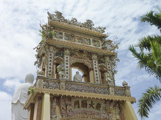 Puerta Principal de Vinh Trang Pagoda por El Guisante Verde Project