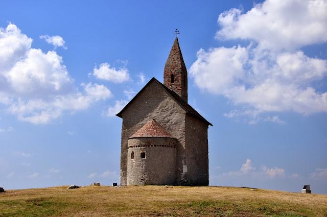 romański kościół we wsi Dražovce