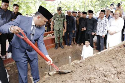 Gubernur Ridho Tak Kuasa Membendung Air Mata Saat Lepas Adeham ke Liang lahat