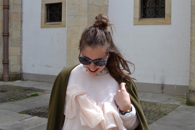 sweat cos a volant rose pastel, lunette de soleil jimmy fairly, veste kaki American Vintage