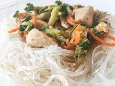 Fideos cristal con pollo y verduras
