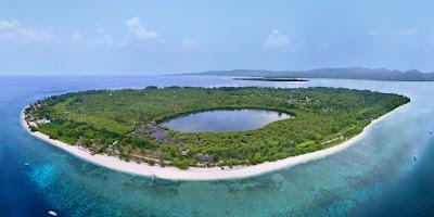 Vue aérienne de l'île Gili Méno en Indonésie : l'une des plus belles iles d'Asie du sud est à visiter.