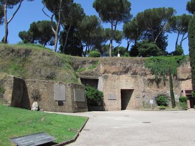 Il Mausoleo delle Fosse Ardeatine: emozioni, storia e ricordi