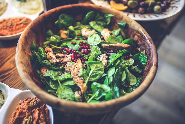 Salat mit einem leckeren Topping